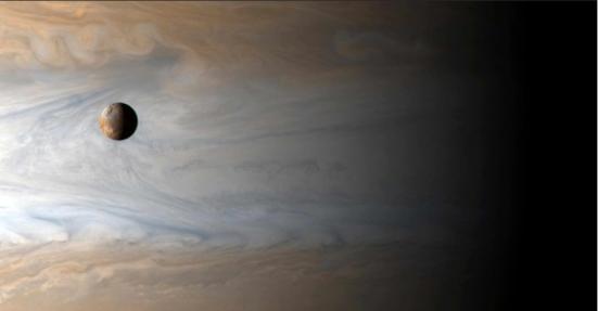 Io, uma das grandes lua de Júpiter, possui características diferentes das demais: sua superfície é cheia de vulcões e rica em enxofre. Por outro lado, o satélite parece possuir água e atmosfera (fraca, mas existe), de acordo com dados da sonda Galileo, e poderia ter uma forma de vida diferente das que estamos acostumados na Terra