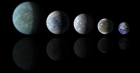 """Já fora do Sistema Solar, os grandes candidatos a abrigar vida são os """"Keplers"""", exoplanetas descobertos pelo telescópio da Nasa (Agência Espacial Norte-Americana). Esta concepção artística compara os tamanhos dos exoplanetas Kepler-22b, Kepler-69c, Kepler-62e e Kepler-62f com o da Terra. Todos estão na zona habitável de suas respectivas estrelas"""