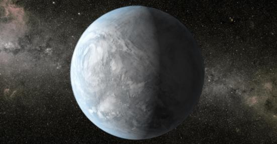 O Kepler-62e (em concepção artística na imagem acima) é 60% maior do que a Terra e está a 1.200 anos-luz de distância, na zona habitável de seu sistema planetário. Sua órbita é de 122 dias e o coloca em uma região em que sua temperatura seria favorável à vida; entretanto, os cientistas não sabem se o planeta tem água ou uma superfície sólida