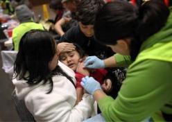 Uma menina reage ao receber a vacina contra a gripe H1N1 em 2009, em San Francisco
