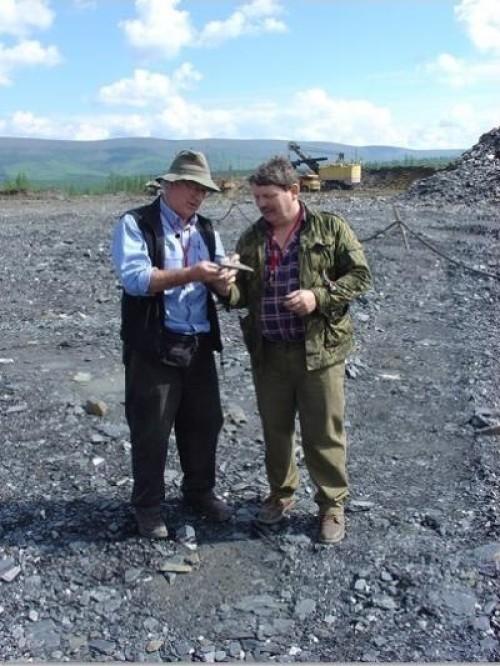 Professor Large e Maslennikov em busca de folhelhos negros na Sibéria.  Crédito: Universidade da Tasmânia