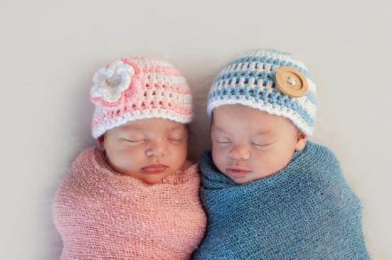 Bebé e menino (imagem). Em seres humanos e outros mamíferos, a diferença entre sexos depende de um único elemento do genoma: o cromossoma Y. Ela está presente apenas nos machos, onde os dois cromossomos sexuais X e Y são, enquanto as mulheres têm dois cromossomos X. Assim, o Y é responsável por todas as diferenças morfológicas e fisiológicas entre machos e fêmeas.