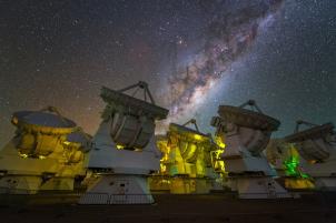 A região central da Via Láctea pode ser visto acima das antenas do observatório ALMA, no Chile. Crédito: Y. Beletsky (LCO) / ESO
