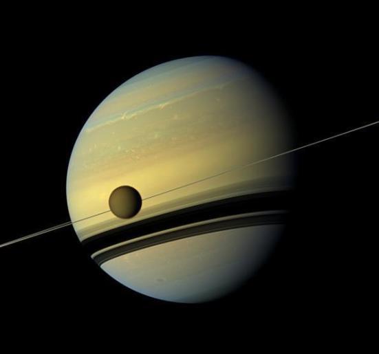 Os cientistas confirmaram que a maior lua de Saturno, aqui circulando o gigante de gás, é o lar de intrigante evolução química orgânica. (Crédito: NASA / JPL-Caltech / SSI)