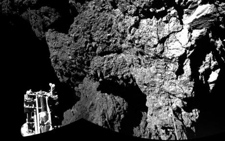 As primeiras fotos de Philae do cometa, tiradas a partir do infravermelho da câmera CIVA: o local de pouso é muito obscuro, e isto explicaria a falta de sol para recarregar as baterias (Crédito: ESA / Rosetta / Philae / CIVA)
