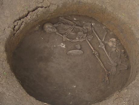Burial datando do site da Idade do Bronze na idade de Ludas-Varjú-module, na Hungria, e datado de 1200 aC (Cortesia Janos Dani / Museu Deri, Debrecen, Hungria)