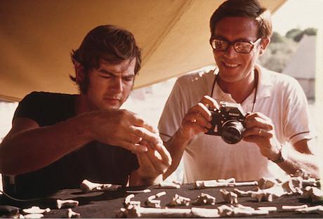 Donald Johanson, à esquerda, com o seu colega Maurice Taieb, durante a montagem do esqueleto de Lucy (Cortesia Instituto de Origens Humanas da Universidade Estadual do Arizona)