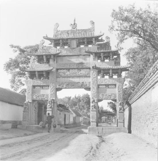 Confúcio ensinou e está enterrado aqui na província de Shandong, na China. O memorial portão está no centro do templo Qufu. FOTOGRAFIA DE WERNER FORMAN / Universal imagens de grupo / GETTY IMAGES