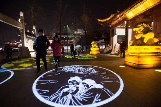 O Templo de Confúcio em Nanjing diverte e educa visitantes com projeções de luz laser de teorias morais do filósofo. FOTOGRAFIA DE SU YANG, Imaginechina / AP