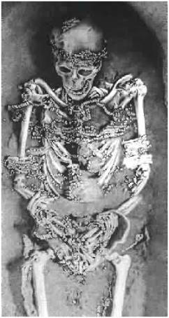 Sepultamento ornamentado com 4.903 contas de um Homo sapiens em Sungir (Russia) datado do Paleolítico (26-19 mil anos). Foi encontrado mais de 250 caninos perfurados e a ossada de uma criança com mais de 5.300 contas.