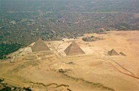 Piramides de Gizé vistas sob outro angulo.Geralmente vemos a foto das primaides com o deserto ao fundo. isto ocorre porue geralmente as fotos são tiradas em solo no sentido oposto ao da cidade. Aqui é possível ter a dimensão de como o desenvolvimento das cidades tomou conta de grande parte do territorio que um dia foi savana no Egito.
