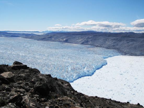Kangiata Nunata Sermia no sudoeste da Groenlândia. A imagem mostra diferentes linhas que marca a extensão do gelo em diferentes pontos no tempo. O trimline superior (de transição) entre os lados do vale ligther e mais escuras marca a extensão da geleira durante a Pequena Era do Gelo, enquanto que as linhas mais baixas mostra a extensão em pontos mais tarde. A altura do trimline é derivado de imagens aéreas, e essa informação é usada para calcular a perda de massa de gelo da Groenlândia durante o século XX. Crédito: Nicolaj Krog Larsen, Aarhus Universitet