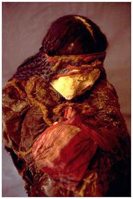 Múmia Chiribaya do Peru mostrando cabelo intacto que ainda é trançado. Os piolhos do cabelo de tais múmias é lançar luz sobre os padrões de migração dos primeiros humanos da América. Crédito: Dr. Sonia Guillen.