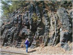 Nesta iagem uma formação geológica sofreu uma inclinação de 90 graus. Um fóssil presente nas camadas horizontais poderia levianamente ser alegado como um poliestrato. Fonte Kurt Friehauf