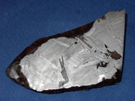 Este é um fragmento do meteorito Seymchan da Rússia. A maior parte deste 6 polegadas meteorito consiste de metal do ferro-níquel, bem como a estrutura de cor mais escura no centro é schreibersite. Crédito: University of South Florida