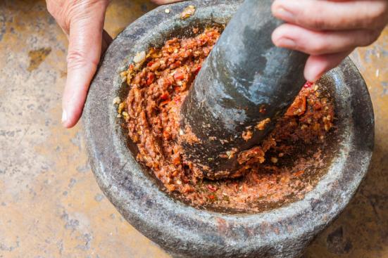Nossos ancestrais entre 2 e 3 milhões de anos atrás começou a gastar muito menos tempo e esforço de mascar, adicionando carne para a sua dieta e usando ferramentas de pedra para processar seus alimentos. (Imagem) Crédito: © hadkhanong / Fotolia
