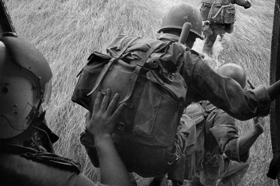 Soldados tendem a lutar guerras não por seu país, mas para seus companheiros Rene Burri / Magnum Photos