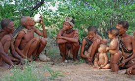Uma tribo de caçadores e coletores na África. Imagem: O globo