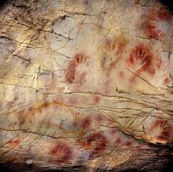Mão estêncil na Cueva del Castillo, pelo menos, 37.300 anos de idade. Estas pinturas são tão antigos que eles duvidam que foram feitas pelo Homo sapiens, já que seu namoro poderia chegar a ser uma obra de neandertais, ou até mais, talvez, fazer repensar toda a cronologia das fases da pré-história .