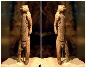 A obra foi descoberta rota em pedaços, em 1939, no estado alemão de Baden-Württemberg, na caverna de Hohlenstein-Stadel, situada no vale do rio Lonetal, donde a resgatou o arqueólogo Otto Volzing. A antiguidade estimada (por Carbono-14) é de 32.000 anos, o que a faz remontar ao período aurignaciano, como muitas das estatuetas de Vênus paleolíticas.