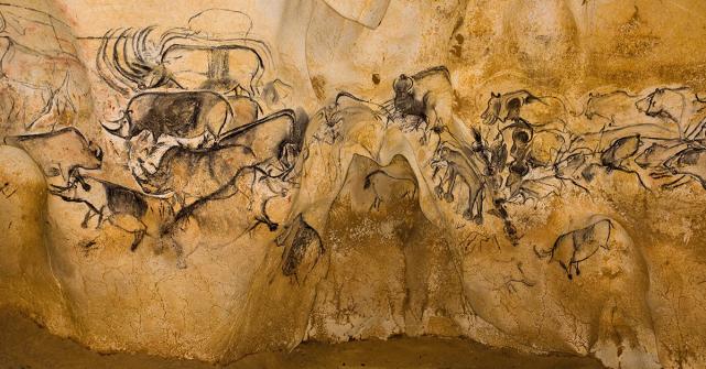 Caverna de Chauvet - Ocupada por humanos em dois diferentes períodos. A maior parte das pinturas é do mais antigo (30.000 a 32.000 anos). A última ocupação (25.000 a 27.000 anos) deixou poucas marcas, como a impressão de um pé de criança, restos de fogueiras e a fuligem das tochas usadas para clarear mas que enfumaçou as pinturas. A caverna ganhou esse nome por seu descobridor, Jean-Marie Chauvet, que a descobriu em 18 de dezembro de 1994. Foram catalogadas 435 pinturas de animais, descrevendo treze diferentes espécies, incluindo algumas que pouco ou nunca tinham sido encontradas em sítios equivalentes. Leões, panteras, ursos, aves predadoras parecidas com corujas, rinocerontes e hienas, além das espécies mais comuns, como cavalos, bovídeos e veados.