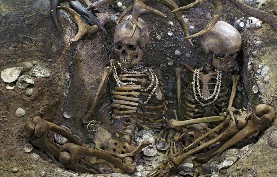 Um novo estudo da Universidade do Colorado Denver mostra que as primeiras práticas funerárias humanos na Eurásia variou muito, com alguns túmulos luxuosos e ornamentado enquanto a grande maioria eram bastante simples.