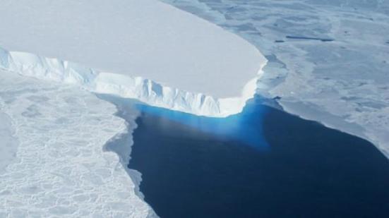 De secas incapacitante para a elevação dos mares, os cientistas alertam para impactos do aquecimento global. Uma grande placa de gelo na Antártica ocidental está derretendo, e seu colapso está previsto para elevar os níveis globais do mar por quase dois pés, disseram cientistas em 2014. O afinamento do gelo está provavelmente relacionado com o aquecimento global, disse um estudo publicado na revista Science. medições de radar da camada de gelo da Antártida Ocidental permitiu aos cientistas para mapear o leito rochoso subjacente Thwaites Glacier. AFP / Getty Images