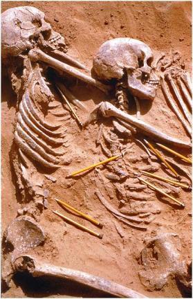 13.000 anos esqueletos em vala comum perto do Nilo são mais antiga evidência de violência grupo.