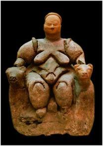 """Evidência da religião pré-histórica: Neolítico """"Potnia Theron"""", um tipo de deusa sentada em um trono e c ercada por duas leoas. Encontrada na Turquia, em Çatalhöyük e datada de em 6.700 anos a.c."""