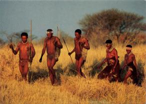 Caçadores coletores de Ju/'hoansi (Namíbia). Na foto vemos homens e mulheres saindo juntos para caçar. Homens e mulheres têm a mesma influência sobre a composição do acampamento. Foto: Danut.