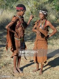 Botswana, Xai-Xai Hills. Duas mulheres profundas na conversa. Eles são N !! S caçadores-coletores, uma parte do povo San muitas vezes referida como bosquímanos
