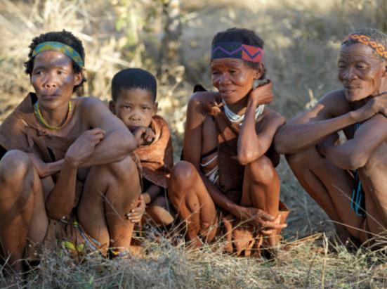 Botswana, Xai-Xai Hills. Duas mulheres que são caçadoras-coletoras, e que fazem parte do povo San muitas vezes referida como bosquímanos.