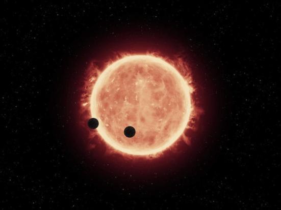 ilustração deste artista mostra dois planetas do tamanho da Terra, TRAPPIST-1b e TRAPPIST-1C, passando na frente de seu pai estrela anã vermelha, que é muito menor e mais frio do que o nosso sol. Telescópio Espacial Hubble da NASA olhou para sinais de atmosferas em torno destes planetas. Crédito: NASA / ESA / STScI / J. de Wit (MIT)