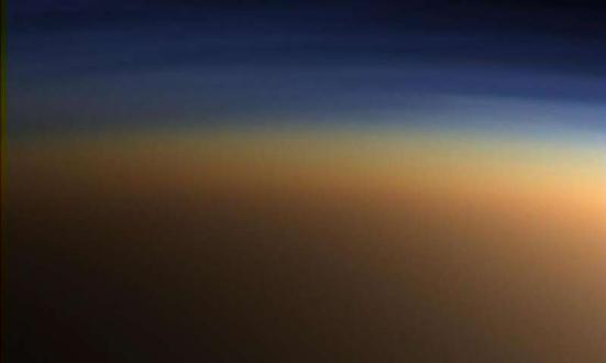 Imagem true-color de camadas de neblina na atmosfera de Titã. Crédito: NASA