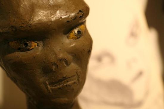 Um busto de um alien descrito por Betty Hill se sentou em sua mesa de café. Hill e seu marido, Barney, disse que eles foram sequestrados em New Hampshire em 1961