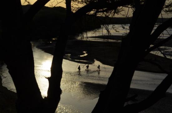 Os seres humanos são acreditados ter evoluído no leste da África, como a paisagem mudou de floresta para pastagens. Aqui, as crianças atravessar o rio Turkwel no norte do Quênia, onde muitos fósseis chave foram encontrados. Crédito: Kevin Krajick / Lamont-Doherty Earth Observatory