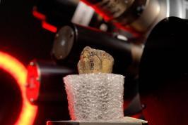 Visões internas - Scanner de antigo esqueleto hominídeo parcial de Lucy forneceram evidências de uma queda fatal, relatam pesquisadores. Aqui, um dos ossos do braço inferior de Lucy passa por uma tomografia computadorizada.