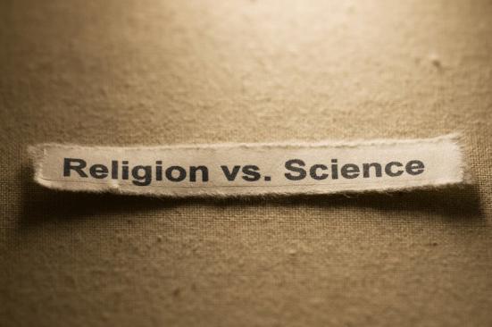 Os confrontos entre o uso da fé vs. evidência científica para explicar o mundo em torno de nós remonta séculos. Crédito: © IMG_191 / Fotolia