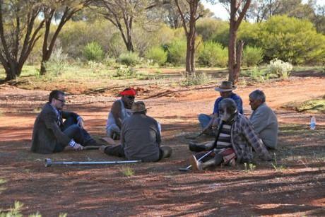 Os autores de um dos artigos em conversa com os anciãos de uma tribo de aborígines australianos. (Cortesia Preben Hjort, Mayday Film)