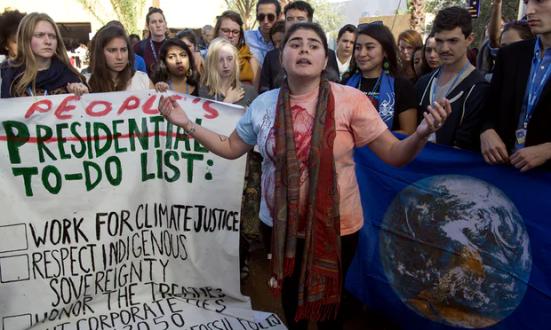 Os estudantes americanos protestam fora das negociações climáticas da ONU em reação à vitória de Trump. Fotografia: Fadel Senna / AFP / Getty Images