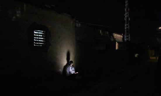 """""""Na África subsaariana há mais pessoas com telefone do que acesso a água limpa."""" Fotografia: Andy Hall para o Observador"""