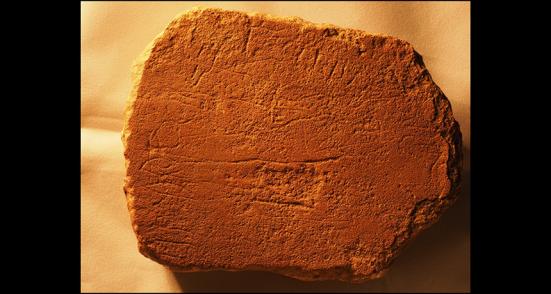 Letra de pedra: Inscrições em lajes de pedra do Egito, incluindo este espécime datado de quase 3.500 anos atrás, contêm o alfabeto mais antigo do mundo, que um pesquisador agora argumenta era uma forma antiga de hebraico. As novas traduções dessas inscrições contêm referências a figuras da Bíblia, incluindo Moisés.