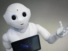 O robô Pepper (de 120 centímetros de altura), da empresa Softbank, é o primeiro fabricado em série capaz de se comunicar com pessoas e interpretar suas emoções (Foto: Getty Images)