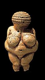 Estatueta de 11,1cm de altura, descoberta em 08 de agosto de 1908, por Josef Szombathy, na Áustria – na região de Willendorf. Datada em 23 mil anos ou Período Gravetiano.