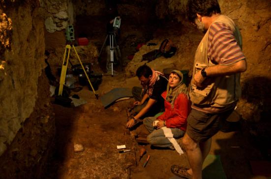 Investigação nossa equipe realizada em Roc de Marsal revelou que as camadas mais antigas de ocupação continham evidência abundante de fogo. Shannon McPherron.