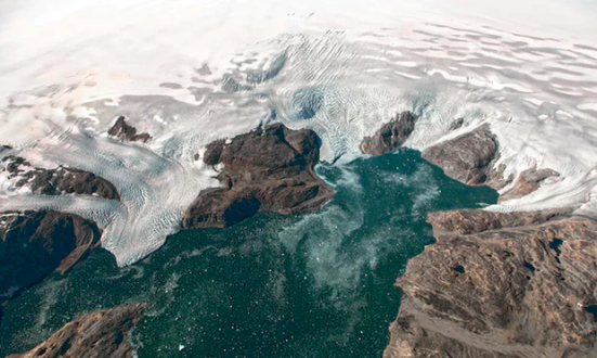Esta foto do arquivo do obervatório da terra da NASA tomada o 22 de setembro de 2016 e observada dos aviões de HU-25A Guardian mostra as geleiras de Bruckner e de Heim onde fluem no fiorde de Johan Petersen em Groenlândia do sudeste. Fotografia: Jeremy Harbeck / AFP / Getty Images.